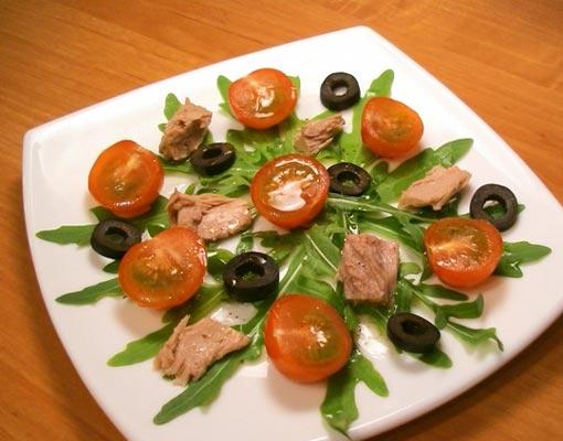 Салат с тунцом и помидорами