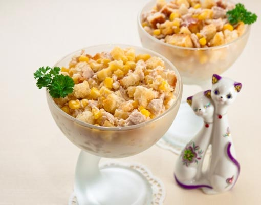 Салат с сухариками и куриным филе